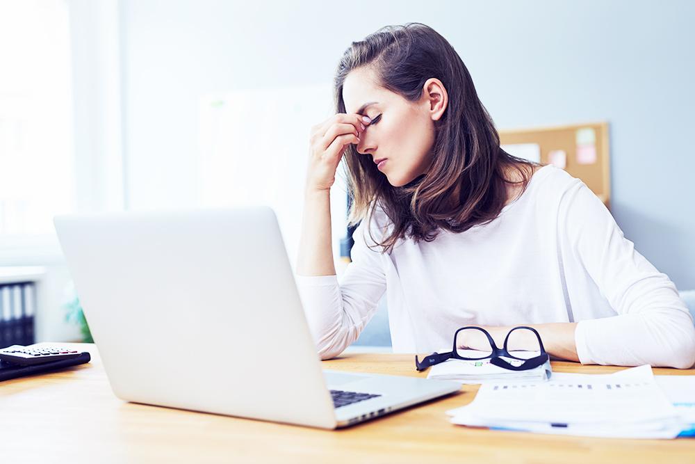 Erschoepfte Frau am Laptop