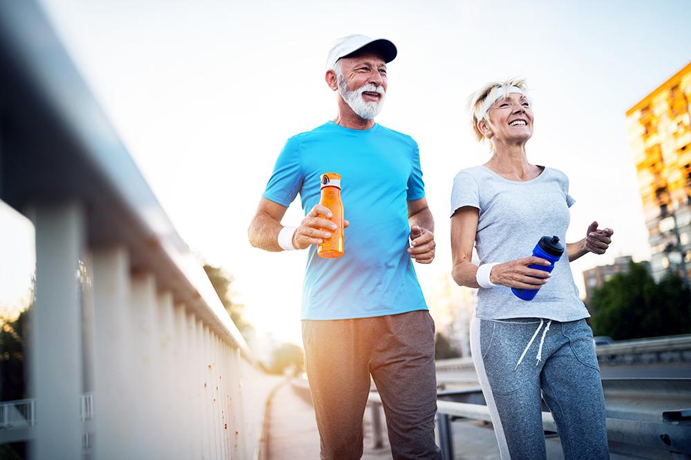 Seniorenpaar joggt