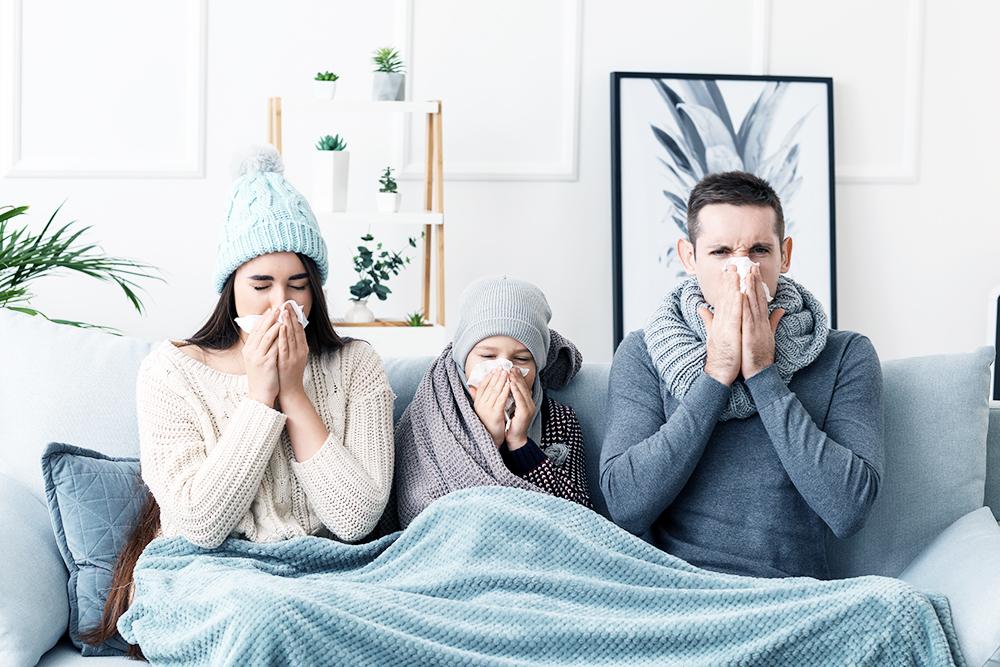 Familie krank auf Sofa