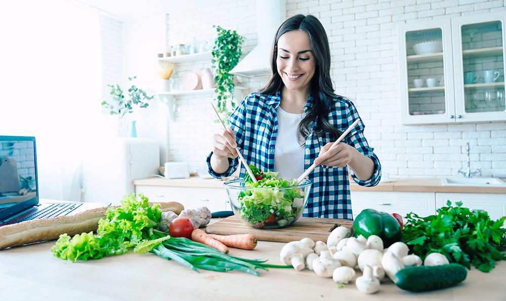 Frau bereitet Salat